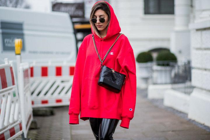 Как правильно носить худи: Правильный выбор и сочетание с другими вещами на фото