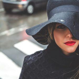 «Звезда в шляпе»: какие фасоны выбирают знаменитости в 2021 году